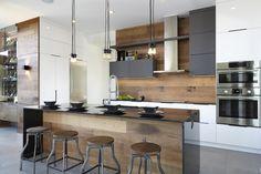 Quand la modernité s'allie à l'intemporel, nous obtenons tel que celui-ci. Pièce maîtresse de ce rez-de –chaussée à aire ouverte, cette cuisine marie l'agencement de matériaux lustrés comme l'acrylux et le thermoplastique agencés à du chêne vintage qui contribue à rendre cette cuisine moderne chaleureuse et invitante. L'intégration de nombreux rangements et appareils dont l'immense … Modern Kitchen 2017, Modern Kichen, Modern Condo, Modern Kitchen Design, Beautiful Kitchen Designs, Best Kitchen Designs, Kitchen Ideas, Beautiful Kitchens, Stylish Kitchen