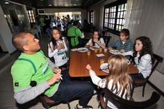 Marcel batendo papo com as meninas na hora do almoço.