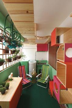 Decora Rosenbaum Temporada 1 - Lavanderia. Decoração verde, rosa e laranja. Cadeiras de praia. nichos, playground para gatos. Foto: Felipe Felco Valle
