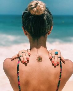 50 Surreal Stunning and Small Sunflower Tattoos to Celebrate the Beauty of Nature - Small sunflower tattoo designs are trend-driven and are making the tattoo lovers go crazy. Cute Small Tattoos, Little Tattoos, Mini Tattoos, Tattoos For Women Small, Cute Tattoos, Unique Tattoos, Body Art Tattoos, Sexy Tattoos, Tatoos