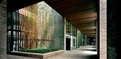 Semi-outdoor corridor with atriums that encourages the penetration of sunlight