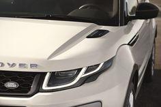 Range Rover Evoque Urban Attitude Edition, regina dei due mondi. Nata per affrontare qualsiasi terreno, la Range Rover Evoque, la vettura che ha rivoluzionato i canoni estetici delle SUV, si conferma regina anche tra le mura urbane. Grazie all'esclusivo allestimento Urban Attitude Edition, riservato a 550 esemplari del model year 2017 della vettura britannica, vede accentuata la vocazione cittadina.