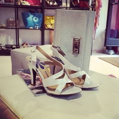 Sandalo bianco con tacco medio. Comodo ed elegante per le tue serate estive  in arrivo!  trendytooshoes  belenshoes  waitingsummer 1a449544a67