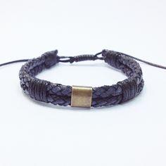 Kit 4 pulseiras masculinas femininas sendo:  - 1 pulseira shambala confeccionada em macramé com cordão encerado na cor preto e pingente óculos  - 1 pulseira de couro trançado duplo  - 1 pulseira de pedras naturais onix e detalhe em pedras olho de tigre, turquesa e lava vulcânica, confeccionada em...