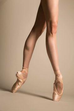 細く引き締まった美脚を作りたいなら、お家でバレエの要素を取り入れたエクササイズを実践してみませんか? 初心者さんでも気軽にはじめられてしっかり結果が出せるメソッドをご紹介します。