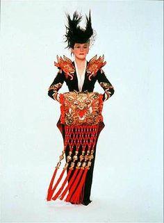 """Película """" 102 Dálmatas"""". Glenn  Close como Cruella de Vill, diseño vestuario Anthony Powell"""
