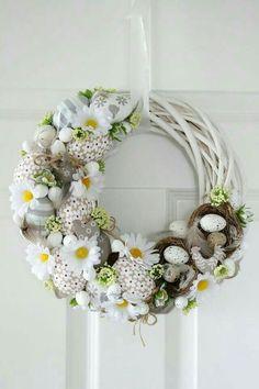 Egg and Daisy Spring wreath Easter Wreaths, Christmas Wreaths, Diy Easter Decorations, Diy Wreath, Spring Crafts, Summer Wreath, Easter Crafts, Floral Arrangements, Diy And Crafts
