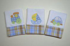 Feito com tecido fralda duplo,aplicação com caseado e barrado em tecido de algodão. *kit com 3 fraldinhas
