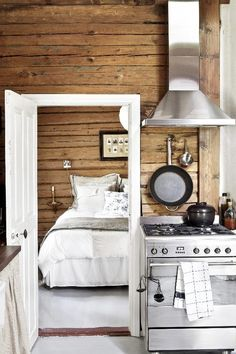 A white kitchen Log Home Kitchens, Cottage Kitchens, Knotty Pine Decor, Hygge, Kitchen In, Old Cottage, Cottage Interiors, Cozy Place, Log Homes