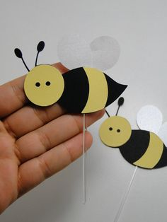 Bee crafts ideas for kids. Bee crafts for kindergarten, preschool and first grade. Kindergarten Crafts, Preschool Crafts, Crafts For Kids, Class Decoration, School Decorations, Bee Crafts, Paper Crafts, Bee Party, Bee Design