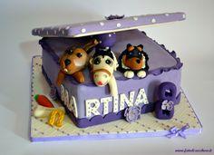"""Torta """"La Scatola dei Sogni"""": con coniglio, cavallo e cane effetto animali di pezza, vassoio trapuntato e numero 8 personalizzato"""