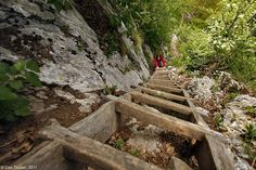 În Banat se află un sat cu totul special, unic în România, în care turiștii au impresia că sunt mai aproape de cer. Este vorba de cătunul Ineleț, din județul Caraș-Severin. Acesta se află în comuna Cornereva, ce are în componență 40 de sate, unele uitate de lume în inima munților. Aici, localnicii locuiesc ca … Turism Romania, Garden Bridge, Great Places, Tourism, Outdoor Structures, Beautiful, Terra, Landscapes, Crafts