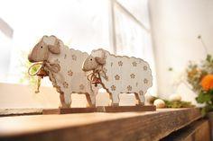 charmante Dekofigur in harmonischen Farben, helles Naturholz, teilweise in Weiß bemalt, liebevolle Dekodetails