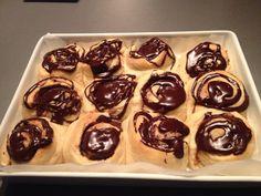 Bløde kardemommesnegle med kanel remonce og finthakket chokolade og pyntet med chokoladeglasur
