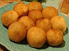 O Bolinho de Mandioca Assado é muito leve e saboroso. Faça para a sua família e alie sabor e saúde na sua refeição. Veja Também: Bolinho de Peixe Super Fác