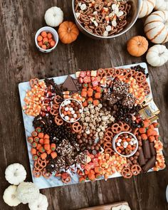 The Only 5 Things You Need To Host A Halloween Movie Night Halloween Party Snacks, Comida De Halloween Ideas, Halloween Movie Night, Halloween Pizza, Halloween Donuts, Hallowen Food, Halloween Celebration, Snacks Für Party, Halloween Desserts