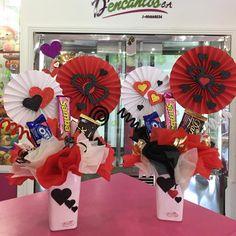 Pequeños detalles disponibles en tienda ❤️ @dencantos #CreacionesDencantos #Dencantos #Floristeria #Tarjeteria #Peluches #Regalos #CalleComercio #Cagua #Aragua #Detalles #Globos #Love Candy Bouquet Diy, Diy Bouquet, Bouquets, Diy Crafts For Gifts, Paper Crafts, Ideas Aniversario, Valentines Balloons, Saint Valentine, Valentine Crafts