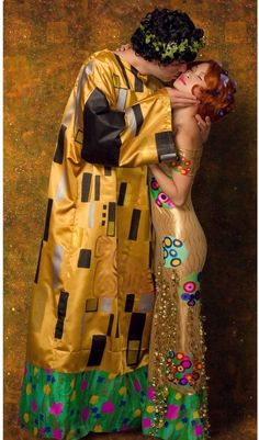 "Hallowen Costume Couples Gorgeous Cosplay Of Gustav Klimt's painting ""The Kiss"". Proof that cosplay is not just about anime or comics! Two Person Costumes, Two Person Halloween Costumes, Couples Halloween, Diy Couples Costumes, Game Costumes, Creative Costumes, Halloween Games, Cool Costumes, Costume Halloween"