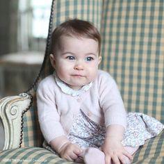 Princesa+Charlotte+aparece+fofa+em+fotos+divulgadas+por+William+e+Kate