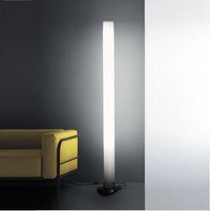 Lampadaire Pistillo P réalisé par Emiliana Martinelli pour Martinelli Luce en 2003. #lampadaire #PistilloP #design #blanc #luminaire #salon #bureau #chambre #emiliana #martinelli #luce