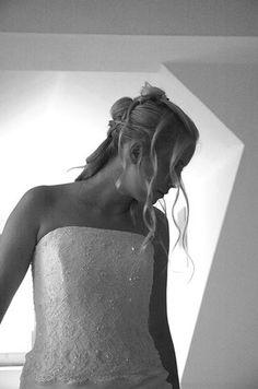 Bild Braut frisieren schminken vorbereiten brautkleid anziehen aufregend romantisch nervös verliebt
