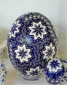 Easter without colored and decorated eggs is not really Easter. Almost every German city is having some weeks before Easter a market where you can buy everything connected to Easter. Egg Crafts, Easter Crafts, Arts And Crafts, Carved Eggs, Easter Egg Designs, Ukrainian Easter Eggs, Faberge Eggs, Egg Art, Egg Decorating