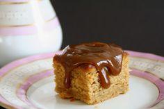 Banankake med karamell glasur, og litt ekstra ved siden av - Mat på bordet