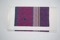 Cartera de mano marfil con doble tela estampada en tonos rosas. Medidas aprox: 26x13cm. Cierre de imán. P.V.P: 25€.