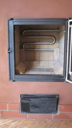 Thermosiphon hot water system in a masonry stove firebox. Stove Heater, Furnace Heater, Pellet Stove, Rocket Mass Heater, Stove Fireplace, Rocket Stoves, Water Heating, Water Systems, Heating Systems