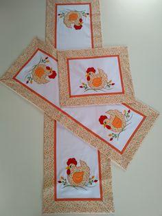Jogo de caminho 3 pecas bordado em patchwork em maquina computadorizada Tecido 100%algodão Medidas: 1,50cm x 0,39cm 1,00cm x 0,39cm 0,50cm x 0,39cm Quilt Patterns, Crochet Patterns, Patchwork Table Runner, Diy And Crafts, Arts And Crafts, Knitting Needle Case, Ribbon Art, Antique Quilts, Coq