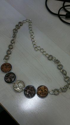 collana fatta con capsule nespresso marroni, color bronzo con catena dorata e plastica