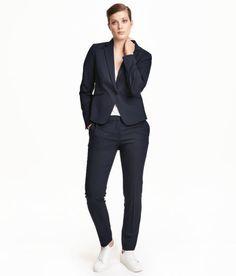 Check this out! Een kostuumpantalon van elastische, geweven kwaliteit met een normale taille en smal toelopende pijpen met persvouwen. De broek heeft steekzakken, een paspelzak achter en een blinde haak-en-oogsluiting voor.  – Ga naar hm.com om meer te bekijken.