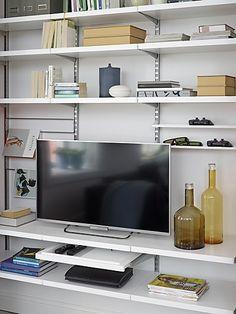 En plassbygd oppbevaringsløsning for TV'en og alt det du måtte ønske i stuen, gir familien mer boltreplass og mer plass til å være sammen.  Uttrekkbar hylle med lokk og rom til fjernkontrollene og andre småting er både fin og funksjonell. Hyller fra Elfas Décor-sortiment. Våre hyller er solide nok til å oppbevare både TV'en og boksamlingen.
