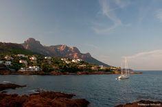 Abends bietet die kleine Bucht in Anthéor ein ganz besonderes Licht und eignet sich perfekt als Ankerplatz für ein kleines Segelboot