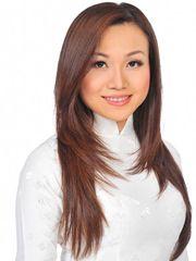 Hình ảnh ca sĩ Hoàng Châu dịu dàng cuốn hút với mái tóc thẳng mượt mà, trên gương mặt xinh đẹp, trẻ trung