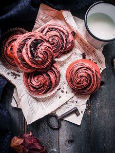 Punajuurikorvapuustit/ Beetroot cinnamon rolls