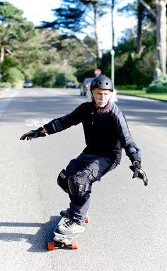 """Lloyd Kahn (79) startte op zijn 65e met skateboarden. """"Ik ga niet zo hard als alle tieners. Ik probeer juist om niet te snel te gaan, zodat ik altijd van mijn skateboard kan springen en op mijn voeten terecht kom."""""""