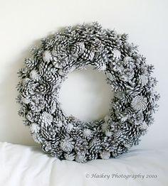 Een krans van denneappels. Te veel kerst voor je winter bruiloft of niet? Inspiratie #TrouwPartners
