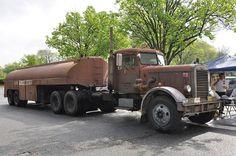 Duel (1971) Peterbilt 281 Tanker Truck - 1960  CarPodcast Nº55 – Las 10 mejores películas de terror con automóviles  http:// ow.ly/geN1Y