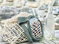 Se mit fine strandnet (indkøbsnet/hverdagsfornødenhedernet), som jeg hæklede på en enkelt aften! Det er super nemt at gå til, og arbejdet skrider dejligt hurtigt frem. Jeg kommer nok til at … Love Crochet, Knit Crochet, Crochet Bags, Crochet Ideas, Yarn Bag, Knitting Videos, Crafty Projects, Needle And Thread, Needlework