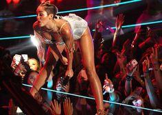"""Ennesima provocazione per l'ex stellina Disney di """"Hannah Montana"""". La sua performance musicale di """"Blurred Lines"""" in coppia con Robin Thicke oscura la nutrita pattuglia di star degli MTV Video Music Awards (© lapresse / ap)"""