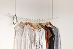 A capsule wardrobe saves you time and money. Learn the secrets of building the perfect mom capsule wardrobe, so you always have a cute outfit to wear. Fast Fashion, Womens Fashion, Slow Fashion, Fashion Beauty, Fashion Trends, Comment Organiser Son Dressing, Capsule Wardrobe, Summer Wardrobe, Second Hand Fashion