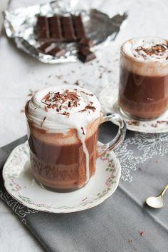 Chocolat Liégeois, chantilly coco {vegan} - Ingrédients : 400 ml de lait végétal, 70 g de chocolat, 2 cuillères à soupe de cacao, 1 boite de lait de coco...