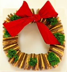 Cute Food For Kids?: 26 Edible Christmas Wreaths, Easy Cheese Wreath Real Mom Kitchen, Christmas wreaths – salads, appetizers and d. Christmas Finger Foods, Christmas Snacks, Christmas Appetizers, Christmas Goodies, Christmas Baking, Beautiful Christmas, Christmas Holidays, Christmas Sandwiches, Christmas Design
