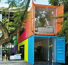 A loja paulistana projetada por Marcio Kogan e Mariana Simas, com contêineres dispostos numa das laterais do terreno, chama a atenção pelas cores vibrantes.