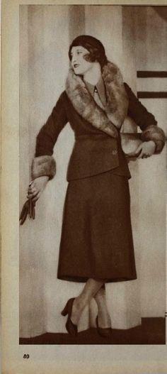 Sötétzöld szövetkosztüm, szürke mókusprémmel; sötétzöld filckalap Ruha: Reiter Kalap: Róth Margit Színházi Élet- 1931