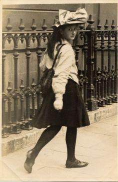 Girl captured by Edwardian street photographer // 11 June 1907 //Cromwell Road, South Kensington, London