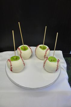 Candy apples, baseball style! Baseball Snacks, Baseball Party Games, Baseball Desserts, Sports Snacks, Baseball Crafts, Baseball Stuff, Team Snacks, Softball Party, Sports Party