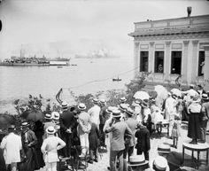 Οι ΄Ελληνες της Σμύρνης παρακολουθούν απο την ταράτσα του sporting club τα πλοία του ελληνικού στόλου να εισέρχονται στον κόλπο της Σμύρνης , 2 Μαίου 1919