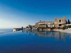 Hotel Caruso, Italia. Situado en el punto más alto de la población de Ravello, la piscina de bordes elípticos brinda una hermosa vista del mar y la montaña.